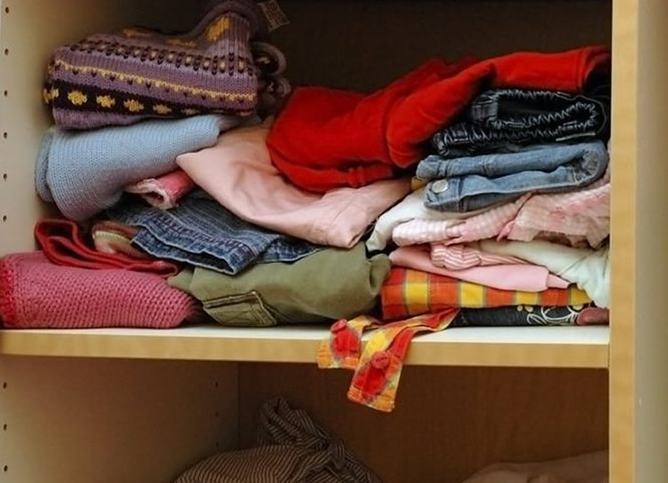 5 maneiras de dobrar roupas para ocupar menos espaço no armário.